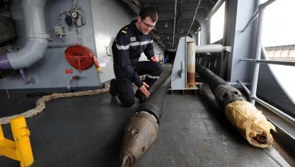 Grâce au système « rame-flèche », le « Somme » peut ravitailler en carburant un navire situé 150 mètres à l'arrière. Photo Marc Demeure.