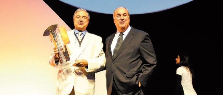 O presidente da Globo, Roberto Irineu Marinho, à dir., com Johnny Saad, da Band, no prêmio Ícones da Comunicação
