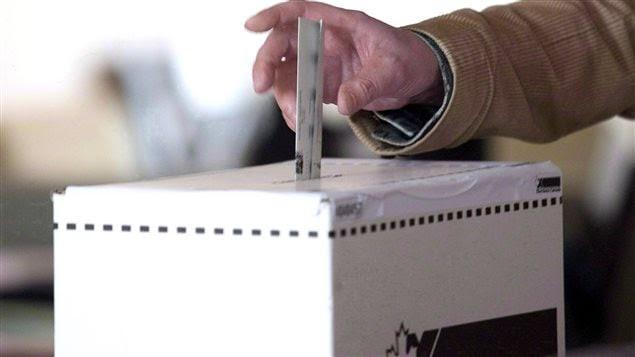 Une boîte de scrutin d'Élections Canada