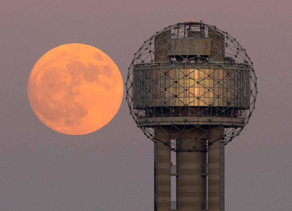 Самая большая Луна за 70 лет в центре города Даллас