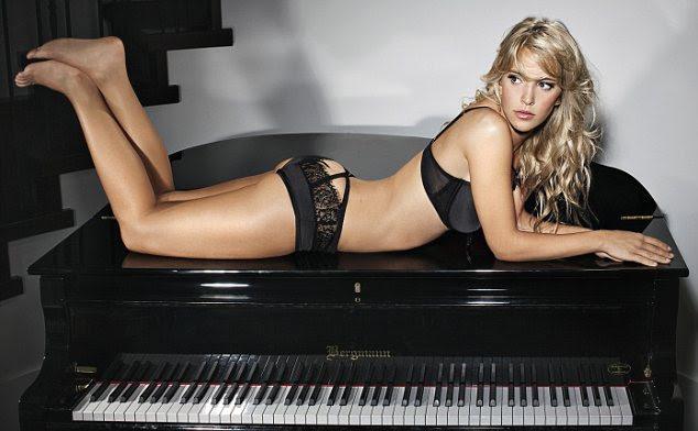 Atirar Luisiana foi parcialmente inspirada profissão de seu marido - ela se senta em um piano em algumas das fotos