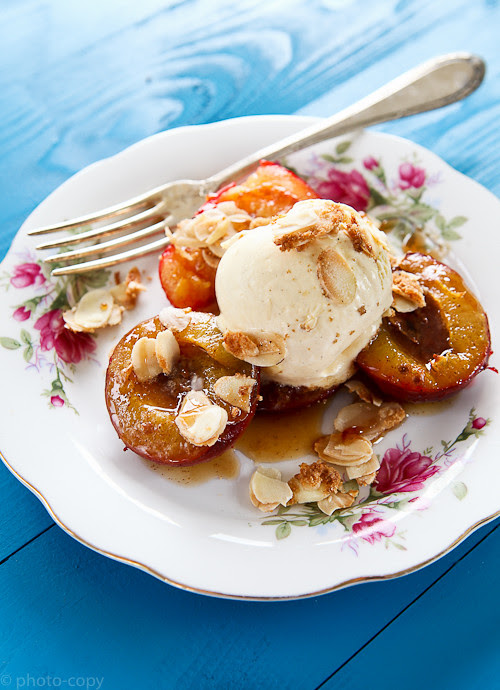 ovenbaked plums with almonds