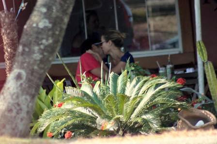 Bruno e Juliana não ligaram para os olhares dos outros frequentadores do restaurante