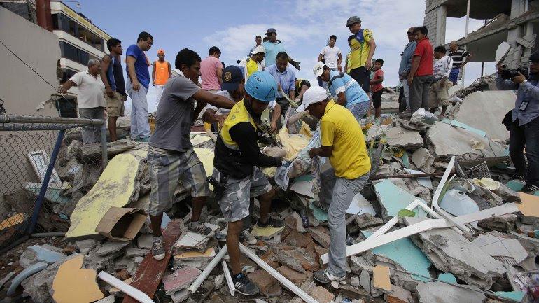 CIFRA DE VICTIMAS DEL TERREMOTO EN ECUADOR SUBE A 413