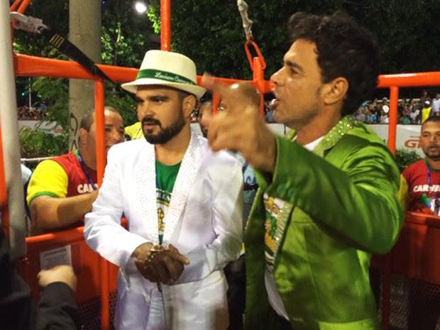 Zezé di Camargo e Luciano desfilam pela Imperatriz (Foto: Fernanda Rouvenat/G1)