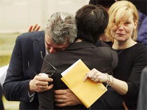 Glen Canning, pai de Rehtaeh, é consolado no funeral da filha (Foto: Paul Darrow/Reuters)