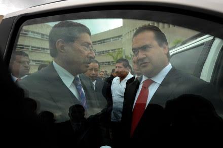 El procurador general de Justicia, Felipe Amadeo Flores Espinoza; y el gobernador, Javier Duarte. Foto: Rubén Espinosa