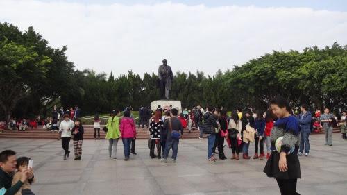 鄧小平の銅像と記念撮影する人たち