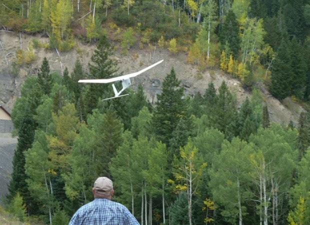 Aeronave Raven pesa 2,5 quilos aproximadamente e é capaz de voar baixo, diz USGS (Foto: Divulgação/Susan Goplen/USGS)
