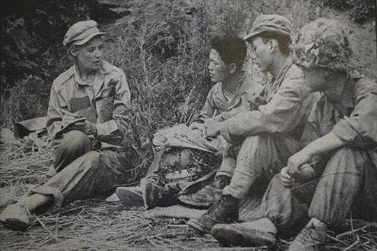 휴식 중인 군인들을 취재하고 있는 히긴스(맨 왼쪽).