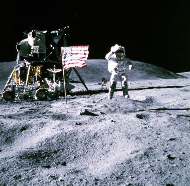 Homem pisando na Lua