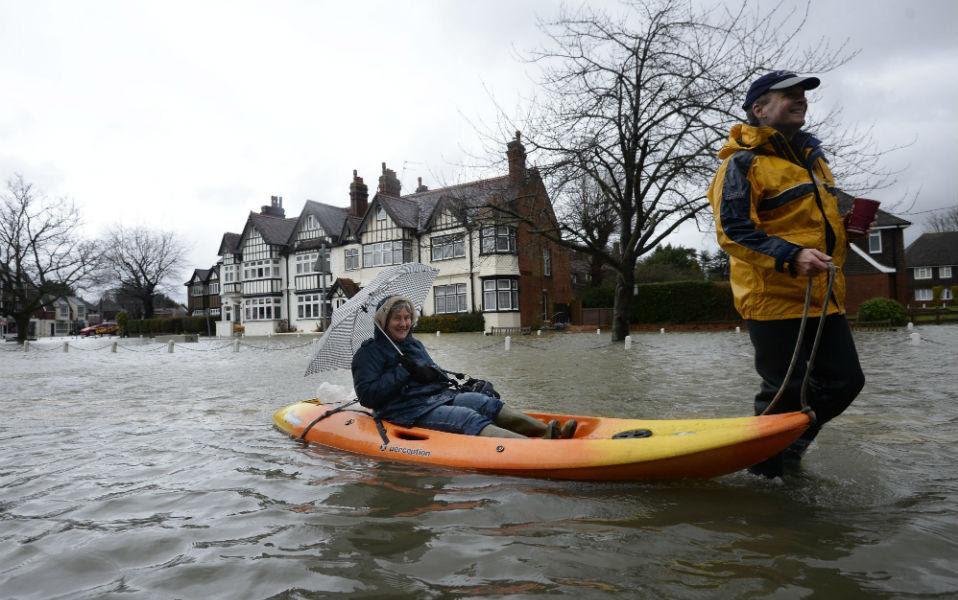 Εγγλέζικο στυλ ή Βρετανική φλέγμα; Ότι και να ισχύει, περιοχές όπως το Datchet, από όπου και η φωτογραφία έχουν πλημμυρίσει.  EPA/FACUNDO ARRIZABALAGA