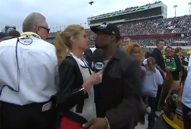 Vídeo mostra a repórter esportiva Erin Andrews aparentemente recusando um beijo do rapper 50 Cent (Foto: Reprodução)