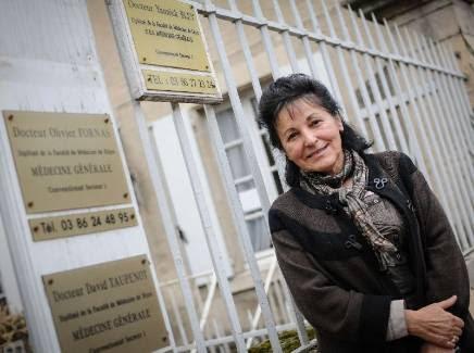 Marie-Josée Prat installera sa nouvelle plaque sur les grilles de la maison de santé des vaux d'Yonne, place des Promenades.? - Photo Pierre Destrade