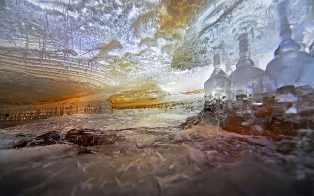 Perierga.gr - Στο εσωτερικό ενός παγωμένου ποταμού