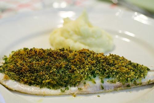 Filetto di branzino in crosta con purè all'aglio