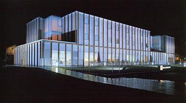 Vista nocturna de la fachada principal (oeste).