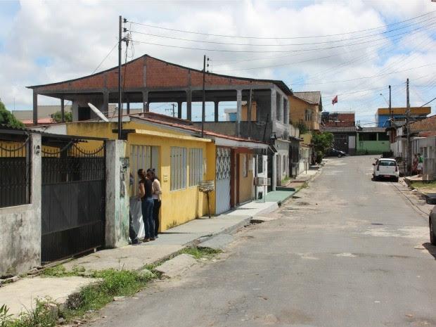 Nesta segunda, nenhum morador foi localizado para comentar o crime (Foto: Luis Henrique Oliveira/G1 AM)