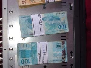 Maços de dinheiro foram encontrados dentro de um ármario, segundo a PF (Foto: Divulgação/Polícia Federal)