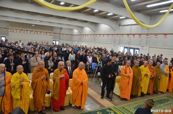 Toàn thể chư Tăng Ni, Phật tử trang nghiêm lắng nghe Đạo Từ của Đức Tăng Thống Thích Quảng Độ