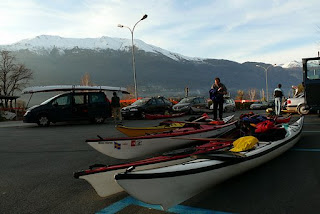 kayak da mare pronti per essere caricati dopo un raid invernale sull'alto Lario