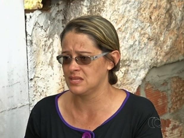 Mulher do Ex-funcionário morto em empresa ao cobrar acerto trabalhista lamenta, em Goiás (Foto: Reprodução/TV Anhanguera)