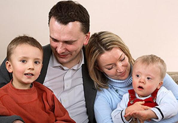 Família com criança com síndrome de down