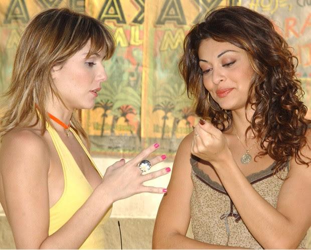 A manicure Jaqueline Joy (Juliana Paes) vem do interior para ficar famosa, na novela 'Celebridade' (2003). Na cidade grande, ela conhece Darlene (Deborah Secco) e, juntas, buscam o mesmo sonho (Foto: CEDOC/ TV Globo)