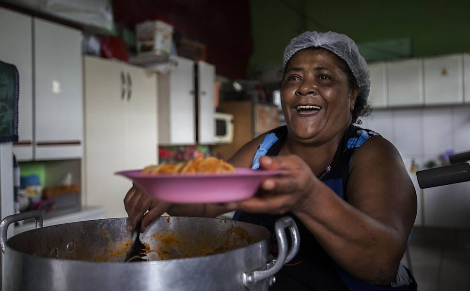 Resultado de imagem para Ex-diarista 'peita' tráfico e alimenta 230 crianças em favela de São Paulo