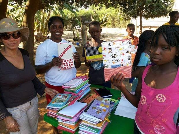 Crianças recebem os cadenros personalizados em Moçambique (Foto: Divulgação/Fraternidade Sem Fronteiras)