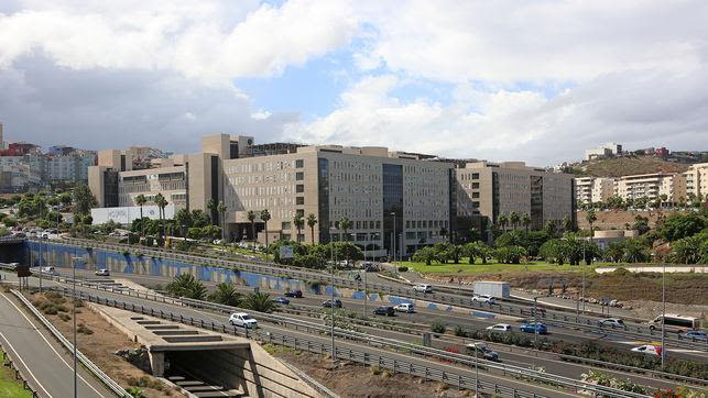Los vigilantes del hospital Negrin reciben los EPIs que exigió el juez