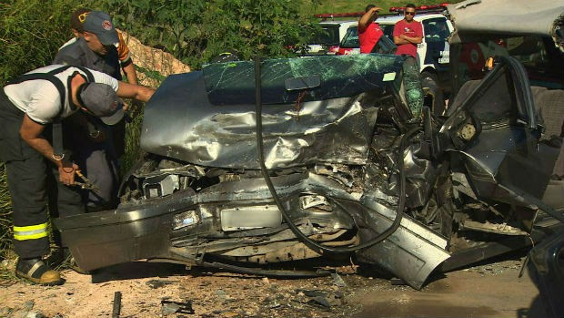 Acidente na zona sul de São José dos Campos deixou dois feridos. (Foto: Reprodução/TV Vanguarda)