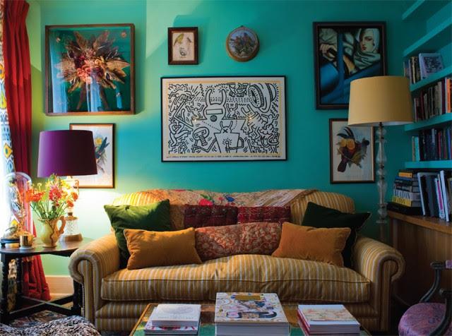 O pôster de Keith Haring se destaca na sala de estar (Foto: Tim Beddow)