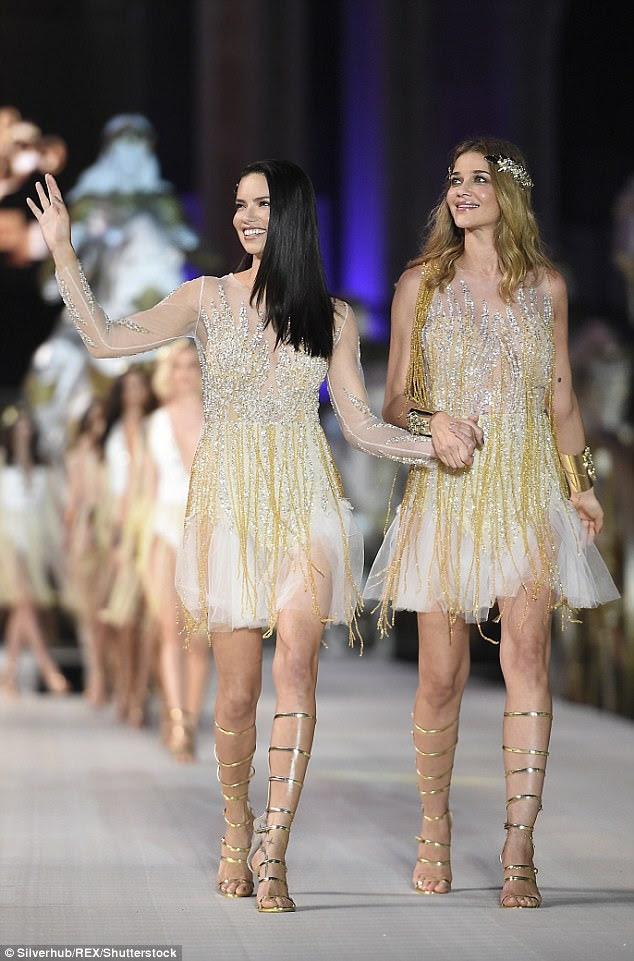Meninas douradas: Adriana deslumbrou o vestido brilhante, que se orgulhava de uma seção pura no busto, uma linda saia de tule e detalhes de borla de ouro
