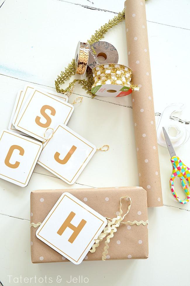 estación de envoltura de regalos en tatertts y gelatina