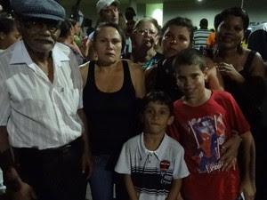 """Doméstica Isabel Francisca reuniu toda a família para se despedir do """"Rei do Brega"""" (Foto: Katherine Coutinho / G1)"""