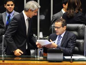 O relator do Marco Civil da Internet, Alessandro Molon (PT-RJ), entrega relatório ao presidente da Câmara, Henrique Alves (PMDB-RN) (Foto: Gustavo Lima/Câmara)