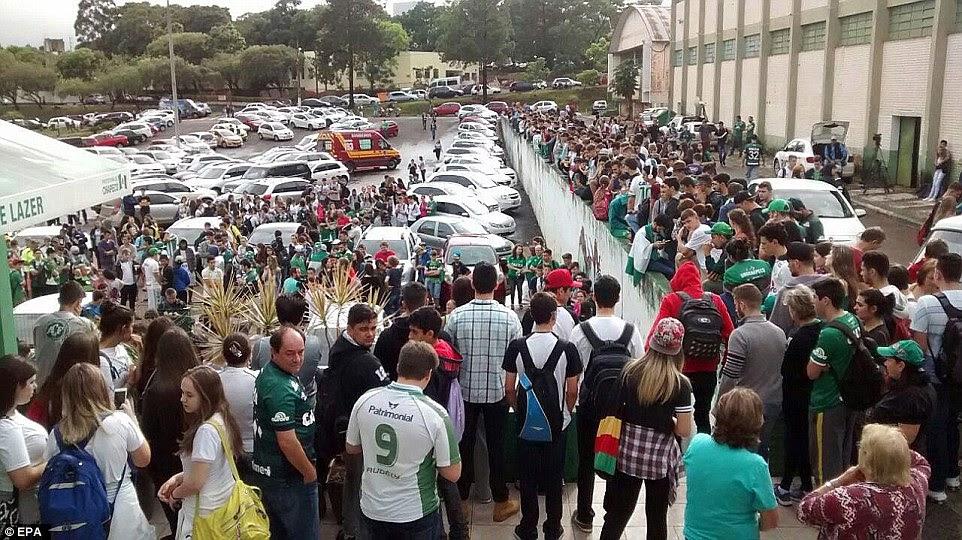 Apoiantes reunidos fora do clube no Brasil enquanto aguardavam notícias sobre o acidente na Colômbia mais cedo hoje