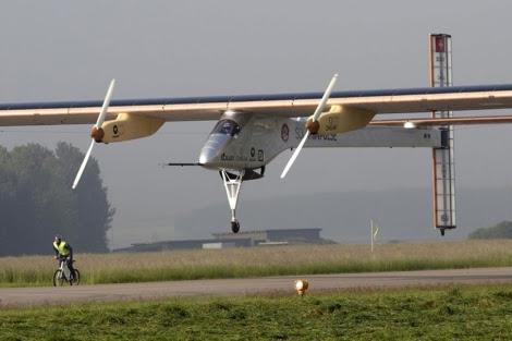 El avión Solar Impulse aterrizando en Payerne el jueves. | Reuters