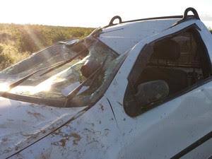 Capotamento estillhaça vidro de automóvel. (Foto: Auriana Bacelar/ Tv Grande Rio)