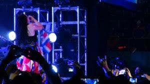 La vocalista y líder de Evanescence Amy Lee se adueñó del público local desde el momento en que salió al escenario, ataviada con pequeñas banderas costarricenses.