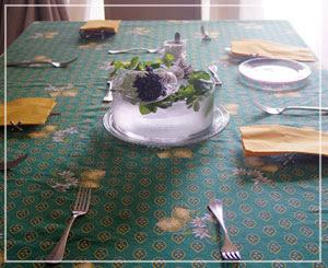 食卓の鉢にはミントと氷がたっぷりで。