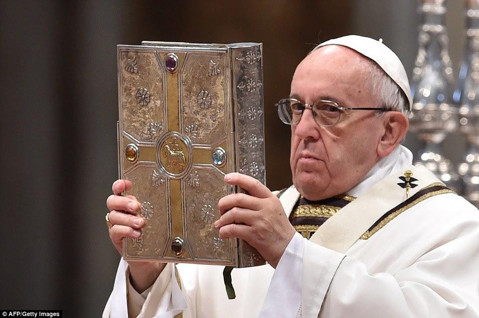 Papa Francis detém o famoso livro dos Evangelhos durante a Missa Crismal, no Vaticano ontem
