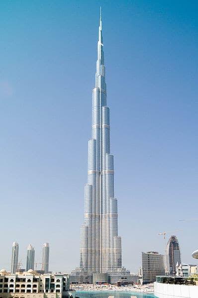 La Burj Khalifa Tower avec une hauteur maximale de 828 m se trouvant à Dubai