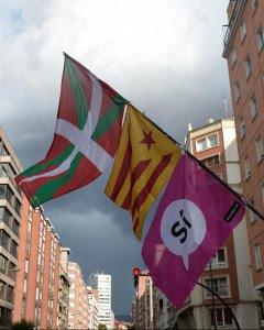 Un manifestante porta un mástil con las banderas vasca, catalana y el 'sí' del referéndum del 1-O, en la manifestación en Bilbao del pasado 16 de septiembre a favor del derecho a decidir. REUTERS/Vincent West