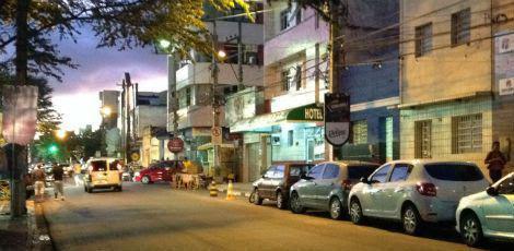 O crime aconteceu por volta das 2h30, na Rua Frei Caneca, nas imediações do pátio de eventos de Caruaru, no Agreste pernambucano / Foto: Diego Martinelly/TV Jornal Caruaru