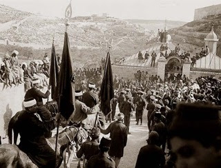 Gerusalemme, 4 aprile 1920: in occasione della festa musulmana di Nebi Musa (il Profeta Mosè), gli arabi di Hebron protestarono contro la politica inglese di immigrazione ebraica. Cinque ebrei e quattro arabi rimasero uccisi negli scontri. Dei 250 feriti, nove su dieci erano ebrei.