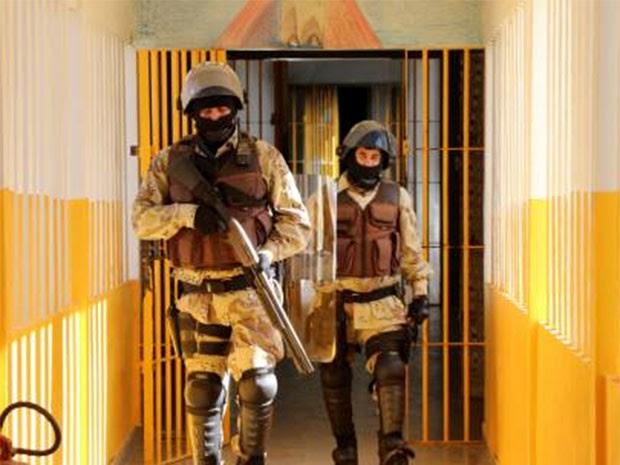 Policiais fizeram revista na cadeia após fuga de detentos neste sábado (Foto: Marcelino Neto/O Câmera)