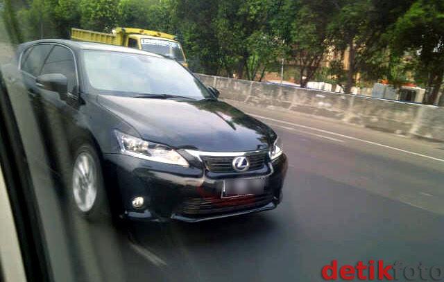 Lexus CT200h Seliweran di Jakarta