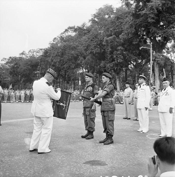 Генерал Карпантье прикалывает награду на флаг 5 кол бат пар коммандос Ромэн Дефоссе июль 1950 Неиз